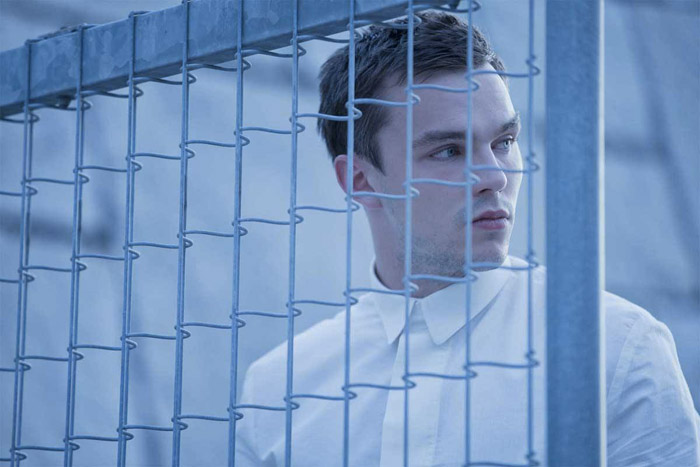 Nicholas Hoult in una scena di Equals