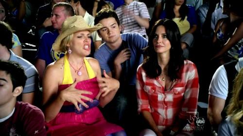 Cougar-Town-1x01-Pilot-Laurie-Keller-Travis-Cobb-Jules-Cobb-Cap-e1397318782415