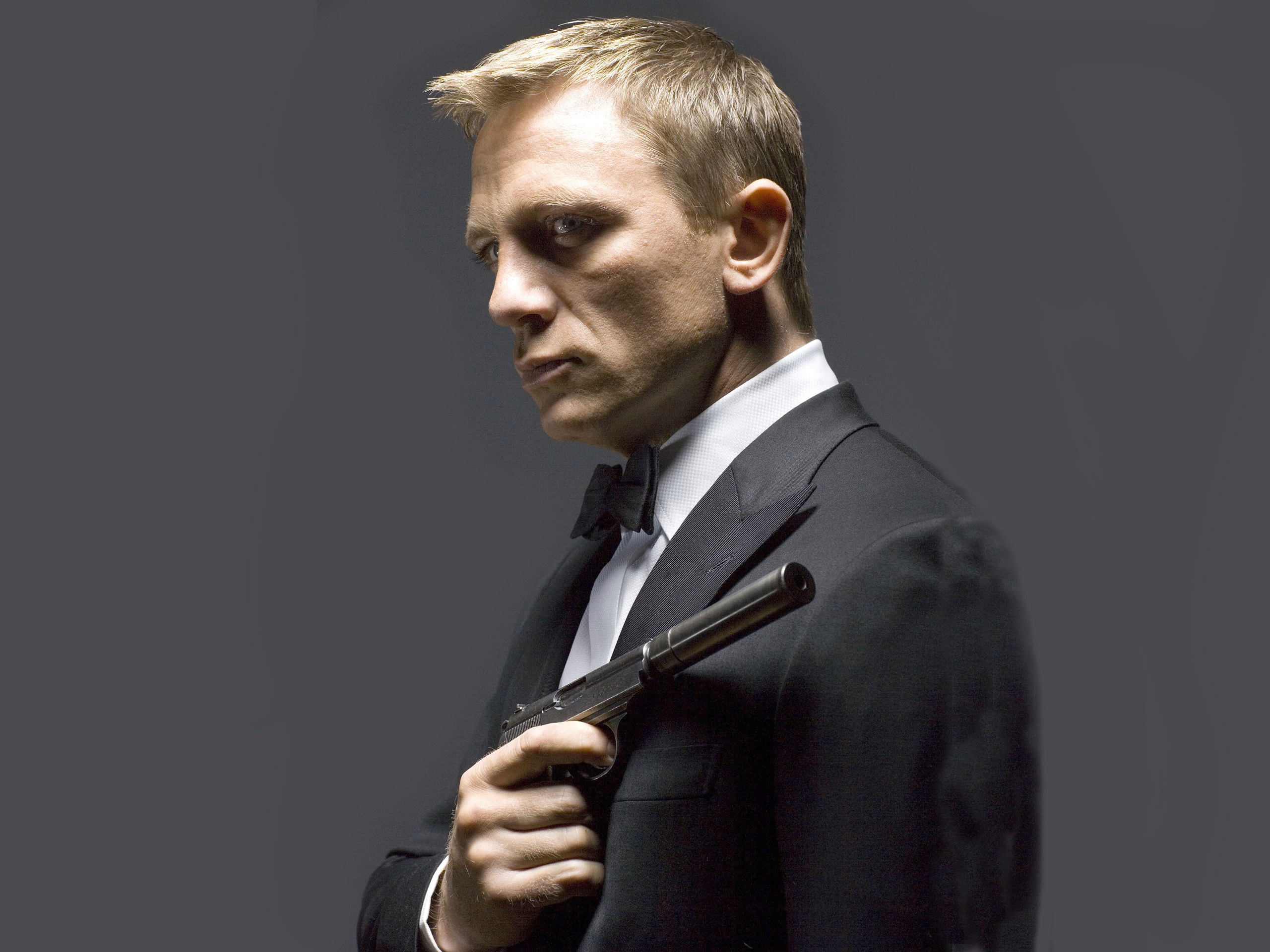 304702_daniel-craig_-dyeniel-krejg_-007_-pistolet_-akter_2560x1920_www.GdeFon.ru_