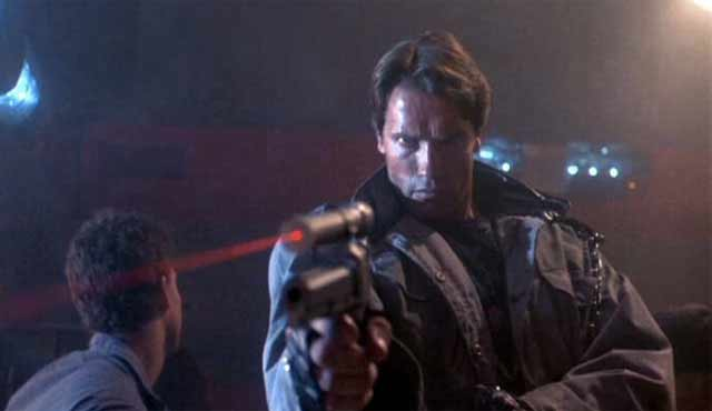 Terminator ha scioccato gli addetti del settore, diventando il numero uno al box office. Nessuno era ben disposto a vedere il protagonista Schwarzenegger nei panni di un cyborg assassino che è stato inviato indietro nel tempo dal 2029 dalla IA nota come Skynet per uccidere Sarah Connor, la madre del leader della resistenza umana, John Connor. Per salvare la vita di Sarah, John mandò uno dei suoi soldati, Kyle Reese indietro nel tempo per proteggerla.