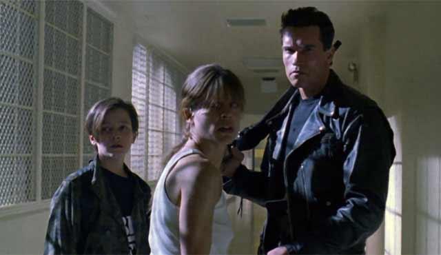 Ci sono voluti sette anni per un sequel di Terminator, ma quando finalmente è arrivato Terminator 2: Il Giorno del Giudizio, ha riscosso un successo ancora più grande rispetto al suo predecessore. James Cameron è tornato sul set per quello che sarebbe stato il suo ultimo film di Terminator. Questa volta, Schwarzenegger ha interpretato un eroico T-800 assegnato per proteggere John Connor e sua madre dal pericoloso T-1000. Come il primo film, Terminator 2 è stato salutato come uno dei migliori film d'azione di tutti i tempi. E in molti modi, questo film ha contribuito a spianare la strada dell' amore di Hollywood per i sequel. Terminator 2 non era certo il primo sequel mai realizzato, ma ha cambiato il modo in cui gli spettatori percepivano i sequel. Terminator 2 non è stato solo un film, è stato un evento.