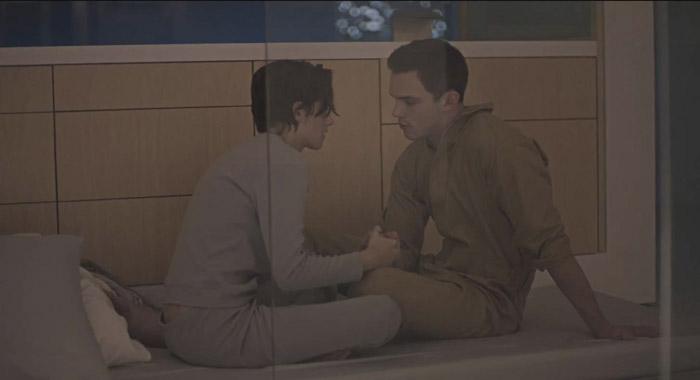 Nicholas Hoult e Kristen Stewart nel film Equals