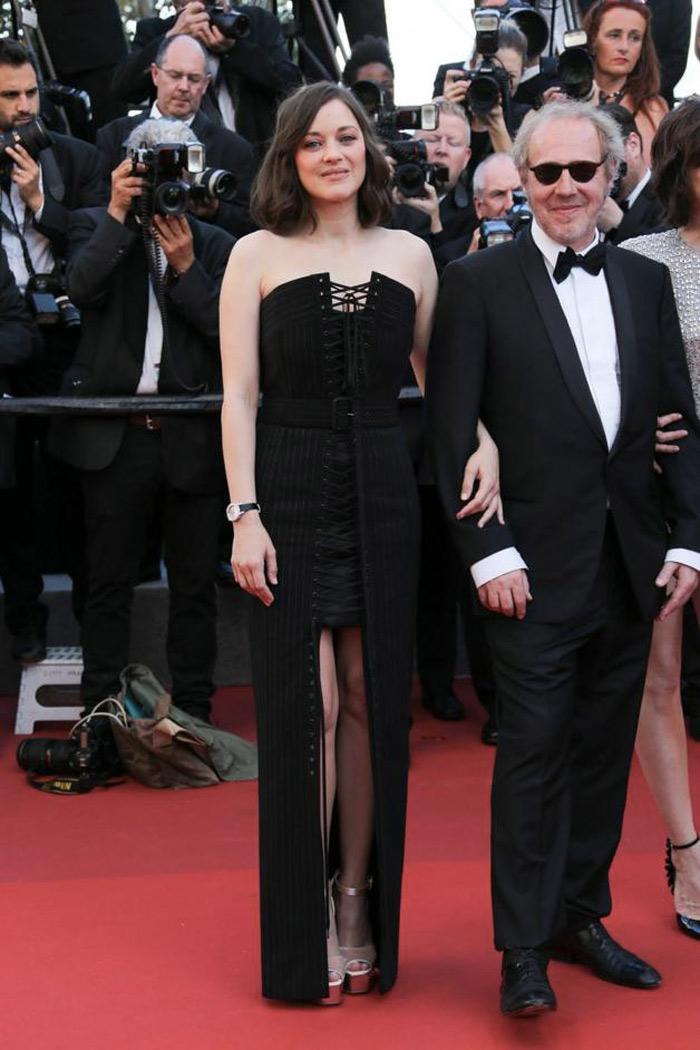 6471136ddce4 Marion Cotillard sul red carpet di Cannes 70. A sfilare sul tappeto rosso  ...